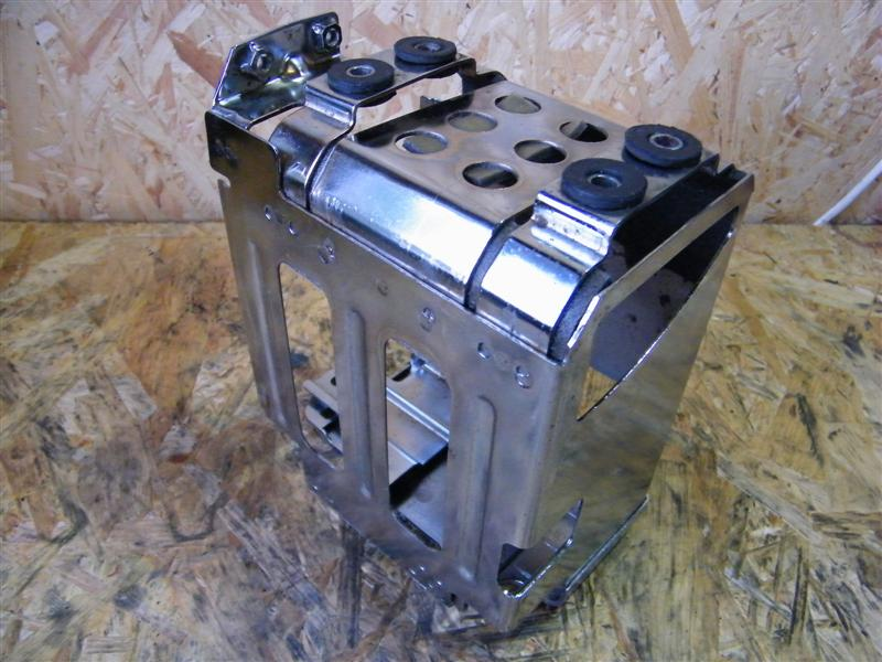 Podstawa akumulatora chrom Suzuki LS 650 Savage